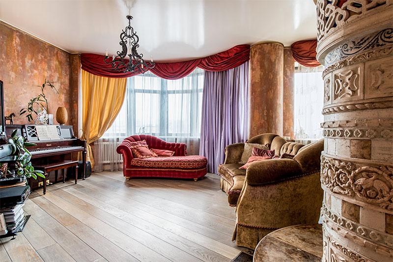 Интерьер гостиной напоминает театральную сцену