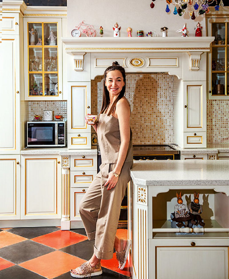Основной элемент декора фасадов кухни – золото, которое перекликается с мозаикой на фартуке
