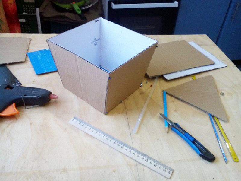 Удобнее работать с основой, которую можно сделать из любой коробки или картона