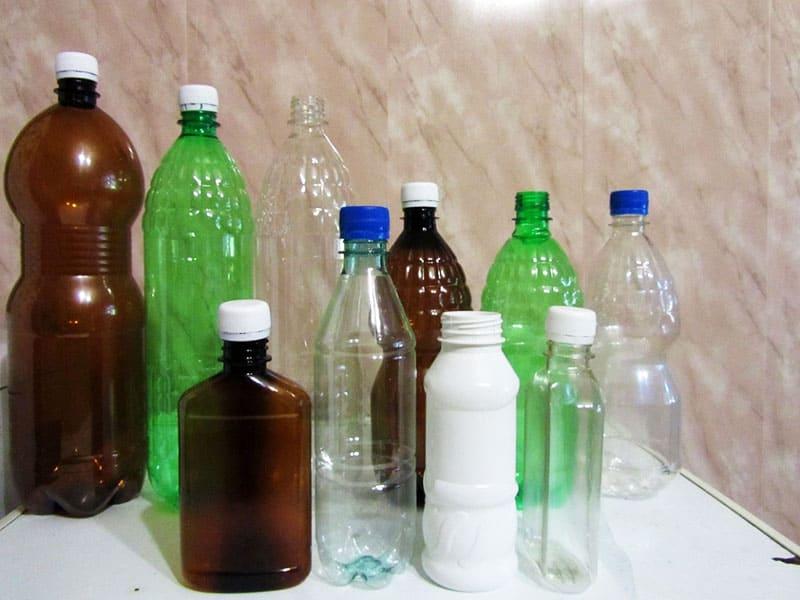 Для поделок подойдут все виды пластиковых бутылок: из-под воды, йогуртов, шампуня