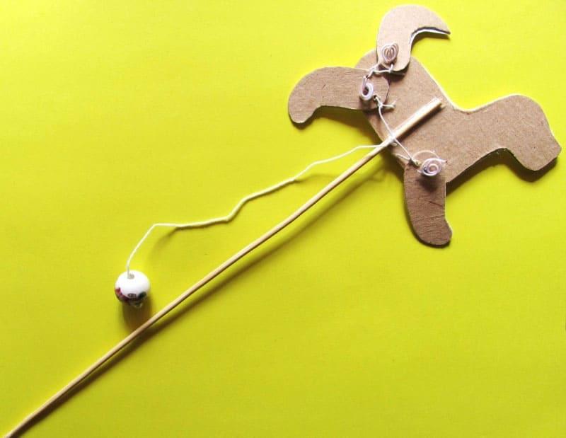 Сложная, но интересная игрушка-марионетка тоже делается из бросовых материалов