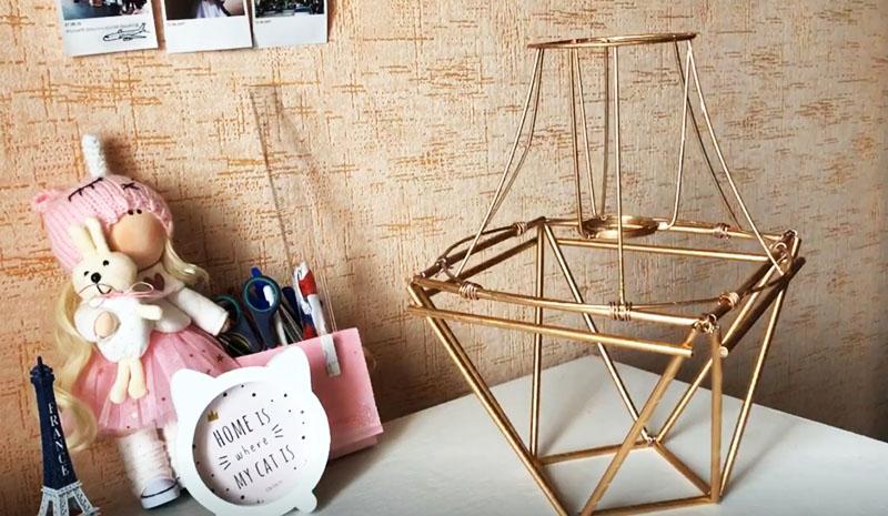 Для устойчивости всей конструкции можно добавить один или несколько рядов предварительно окрашенных трубочек по бокам нашей лампы
