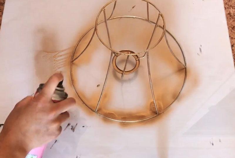 Старайтесь прокрасить все, даже самые незаметные элементы. Сначала покрываем каркас и основание лампы