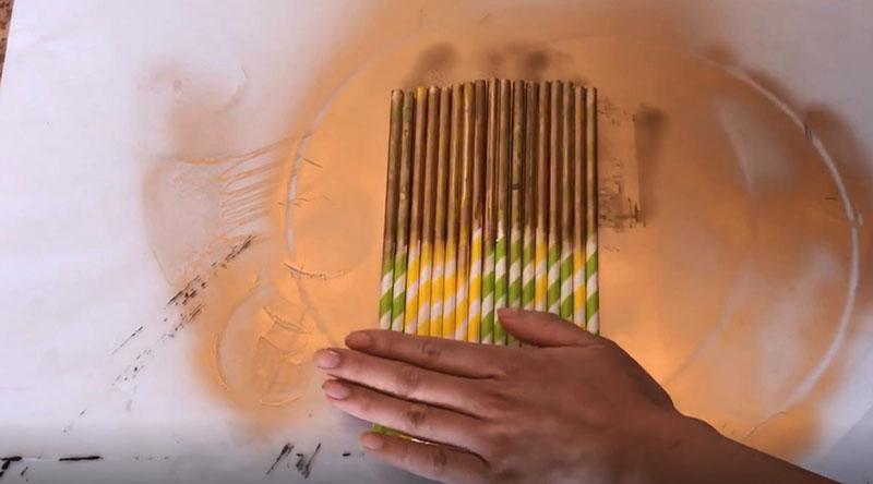 Вторым этапом идёт окраска самих трубочек. Картон лучше прокрасить в два слоя