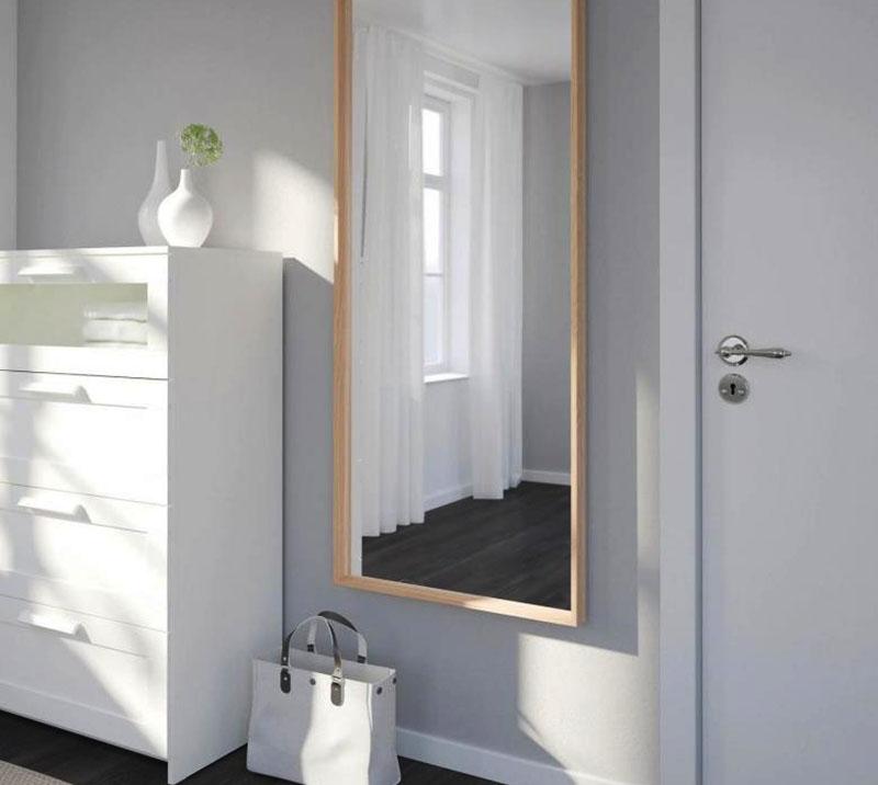 Зеркало можно закрепить на стене, а можно просто прислонить под углом, однако в этом случае его лучше убрать с дороги во избежание порчи