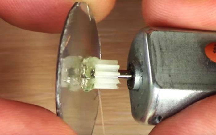 Установка зеркала на ось электромотора