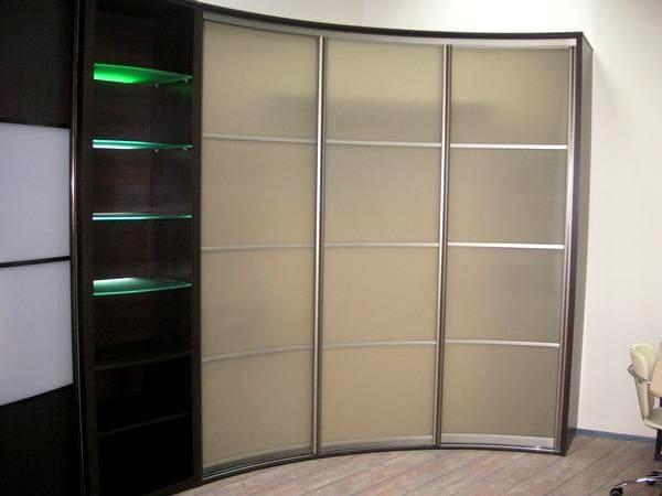 Помимо декора фасадов, большинство шкафов оснащается подсветкой