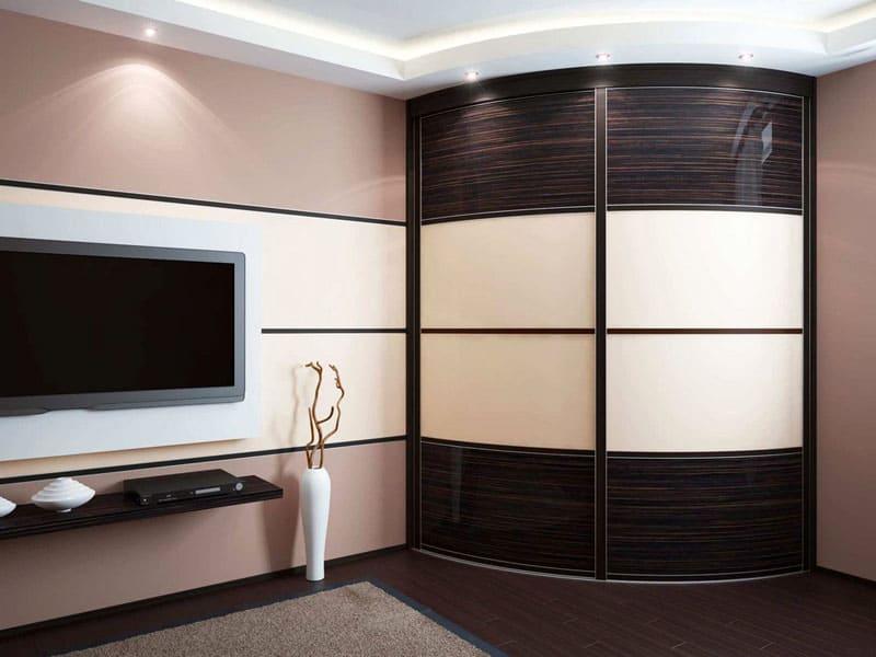 Основным отличием радиусных шкафов-купе от классических изделий является элегантность облика с плавными, обтекаемыми линиями