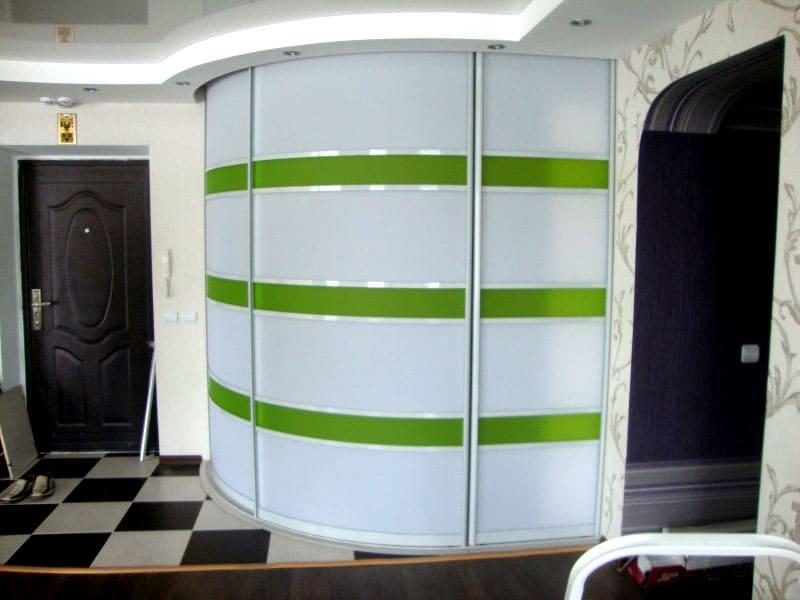 Шкафы зрительно будут сглаживать острые углы и создавать эффект глубины