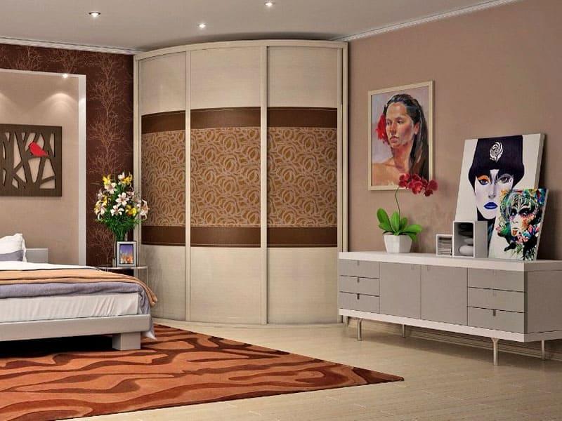 Для спальни радиусные шкафы подходят идеально, чаще всего их устанавливают в углу помещения