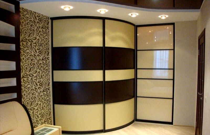Плавные и округлые линии радиусных шкафов-купе, напротив, дают возможность расположить их в разных частях жилища: вдоль стен, в уголках, точно повторяя изгибы и детали помещения