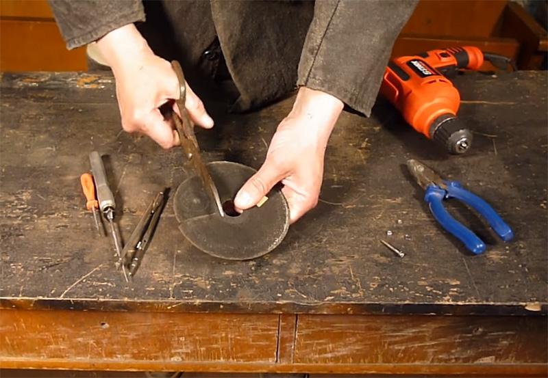Окружность вырезается ножницами по металлу, а в центре шилом делается отверстие