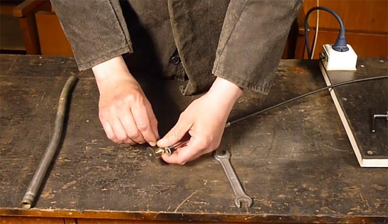 Когда фреза готова, её можно установить в гравёр, затянув цанговый патрон ключами