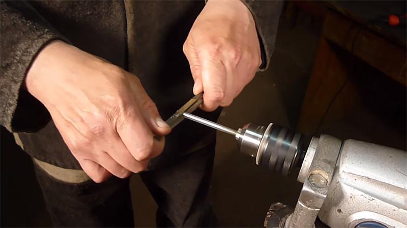 При помощи надфилей винт обтачивается до нужного диаметра