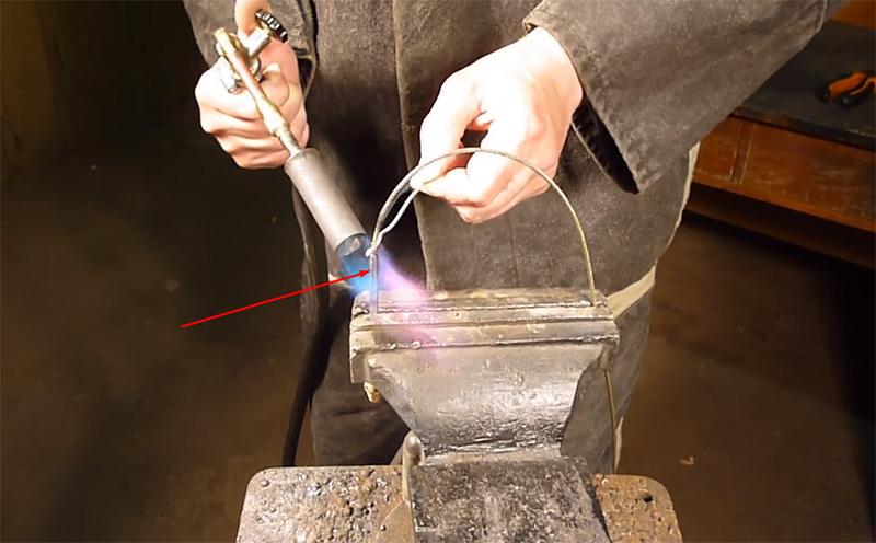 Втулка с тросиком прогревается, после чего в неё начинает просачиваться расплавленный припой