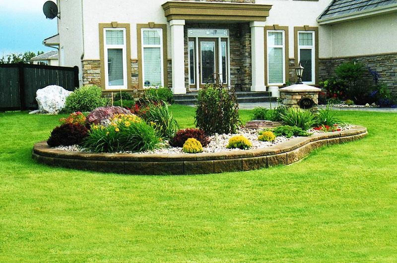 Небольшие цветочные композиции перед входом и возле него достойно украшают участок
