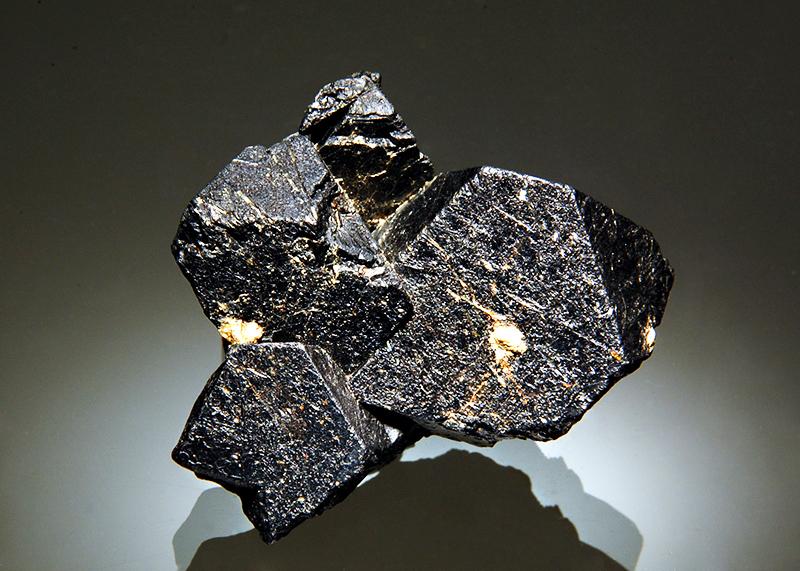 Магетит или магнитный железняк, который добывается уже несколько столетий, очень красив