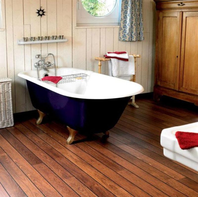 Классическое оформления ванной – пол из массива дерева