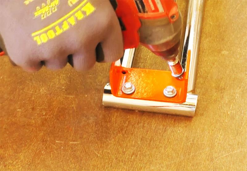 Крепим отрезок швеллера к ручке