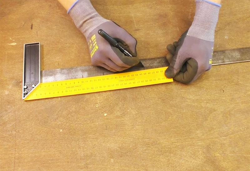 Отмечаются место реза и линии загибов стальной полосы