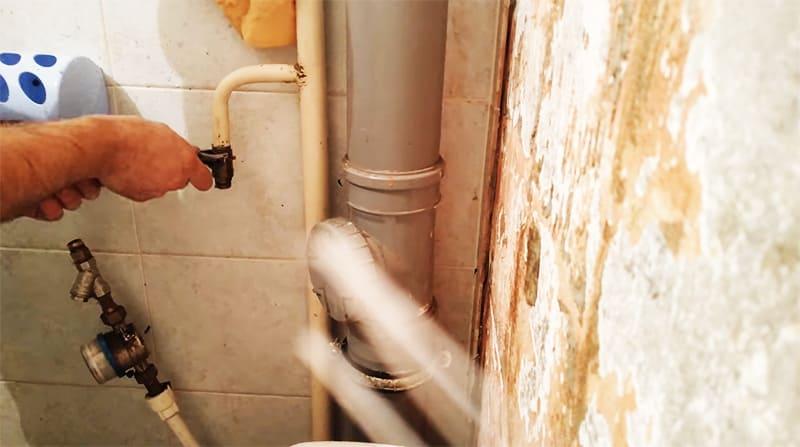 Соединение протягивается и проверяется на наличие течи