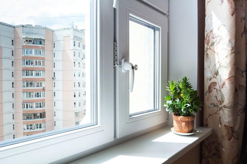Правильный замер оконного проёма под пластиковое окно подразумевает учёт возможного перекоса деревянной конструкции