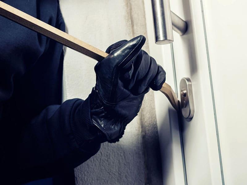 Отжим дверного полотна или коробки – весьма распространённый способ взлома