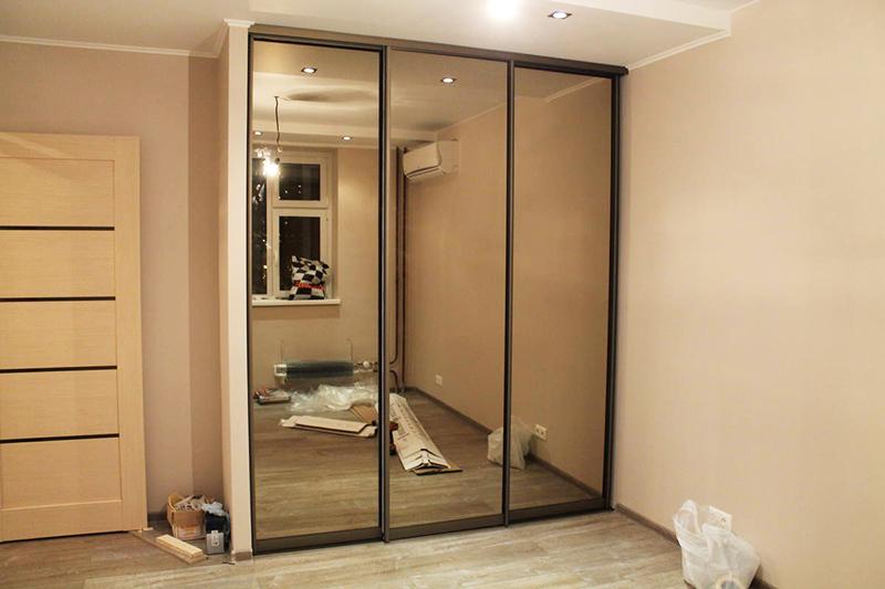 Если перемещение зеркала по какой-то причине невозможно, можно скрыть его за раздвижными панелями