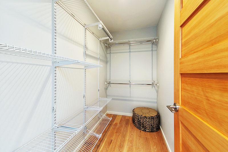 Заранее продумайте размещение систем хранения и предусмотрите надёжные крепежи под крупногабаритные вещи