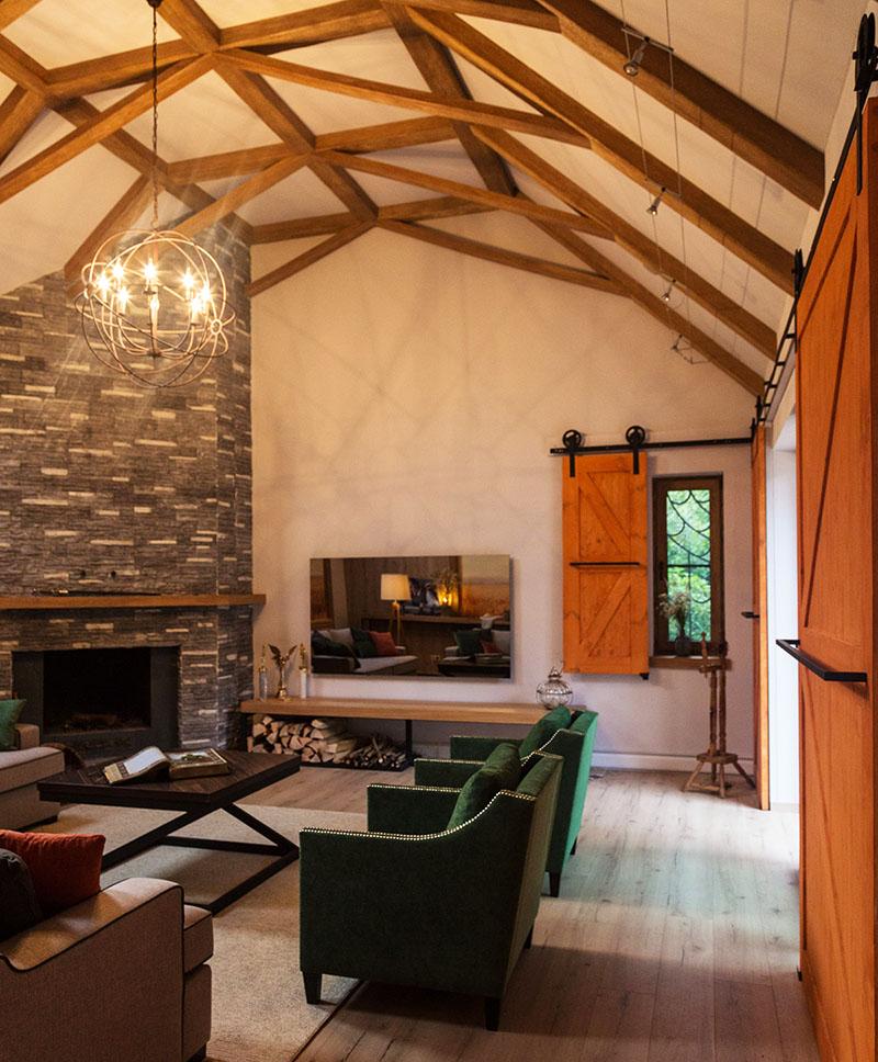 Полиуретановые балки на потолке практически не отличить от деревянных