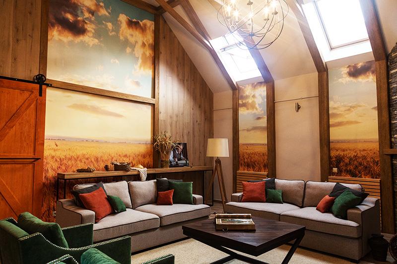 Объёмная фреска придаёт гостиной со вторым светом ощущение безграничного пространства