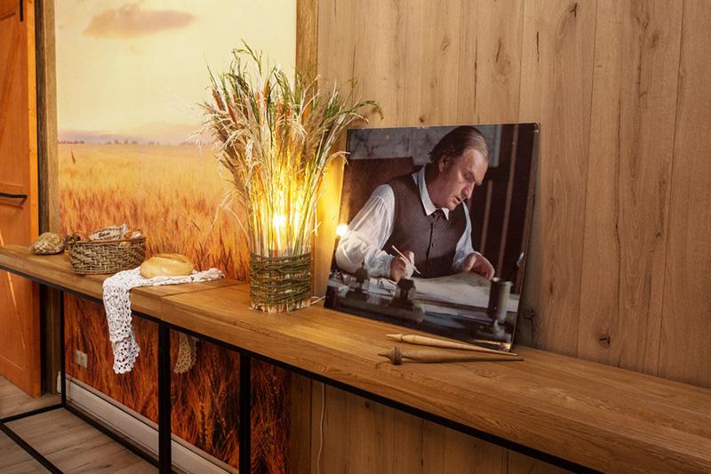 Светильник ручной работы сделан из шести досочек, обмотан бечёвкой и декорирован сухой травой и сухоцветами