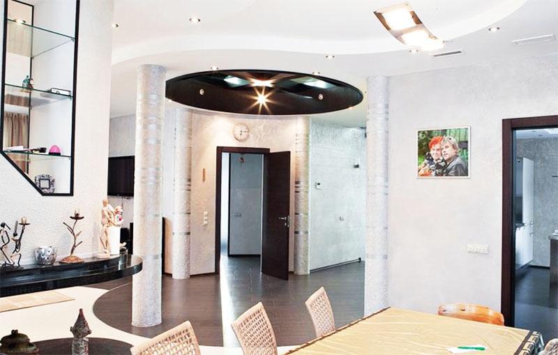 Потолок в гостиной поддерживают монолитные колонны