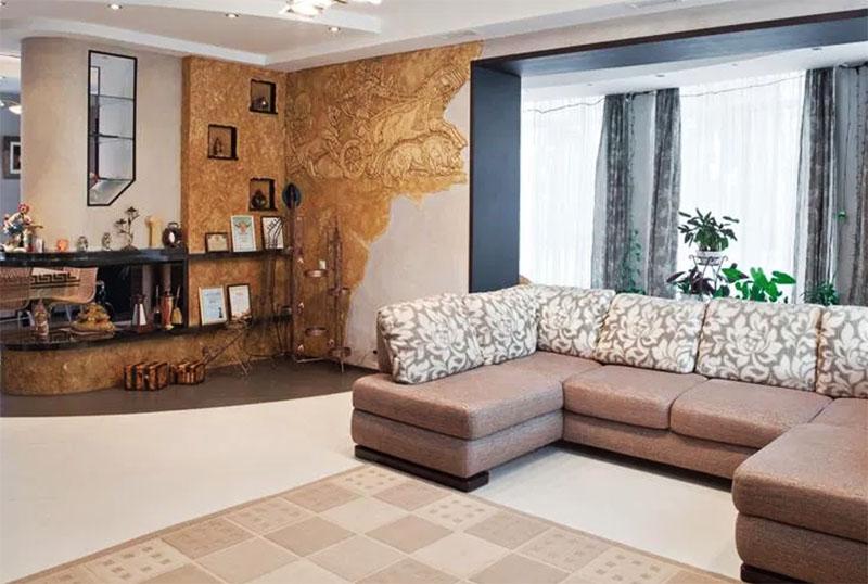 Стену в гостиной со стороны зоны отдыха украшает роскошный барельеф