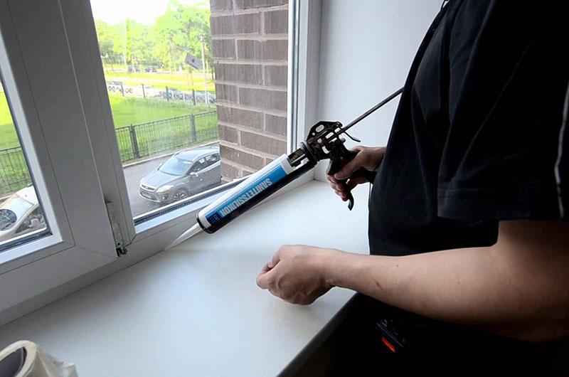 Герметиком заделывают швы в пластиковом оконном блоке