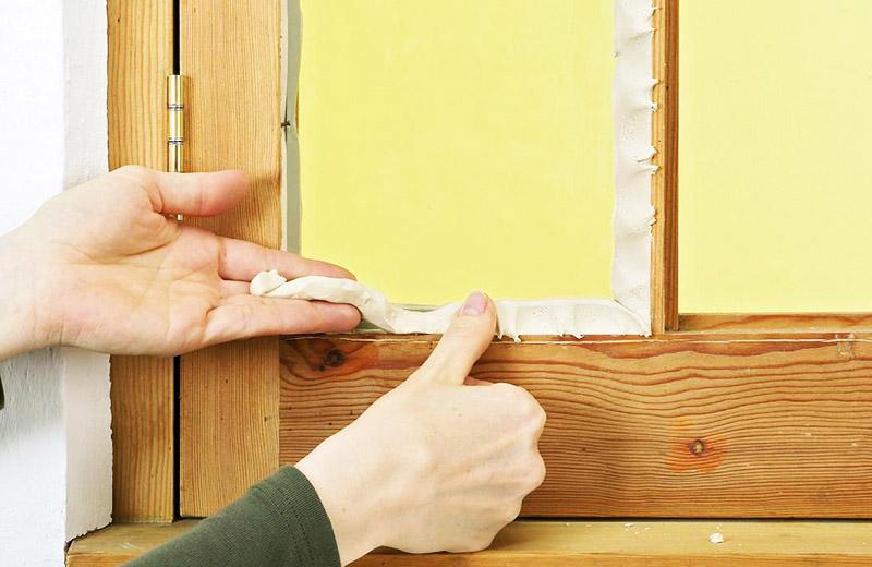 Заделать щели в деревянных окнах можно парафином