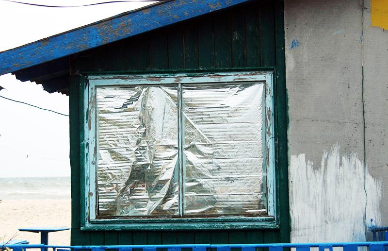 Создаём комфортные условия: чем заклеить окна от сквозняков, солнечных лучей и от посторонних глаз