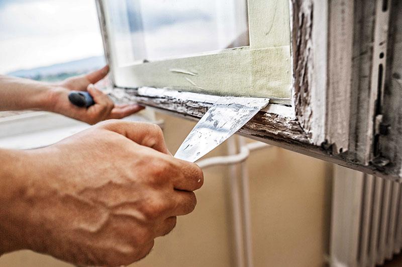 Старые деревянные рамы требуют предварительных ремонтных работ