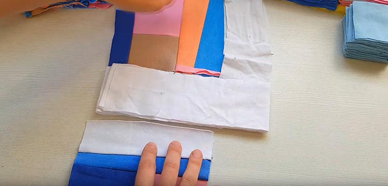 Лоскутки собираем таким образом, чтобы вшить между ними ряды узкой ткани