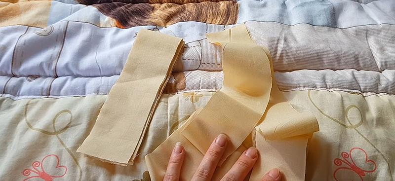 Завершающий этап – обшивка канта. Так мы скроем выступающий синтепон. Ещё несколько минут, и наше одеяло будет готово