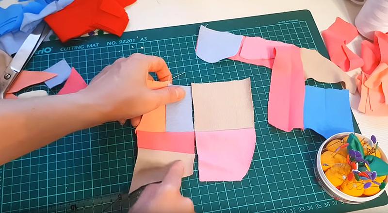Заготовки аккуратно распределяем по столу, подбирая примерно одинаковую гамму