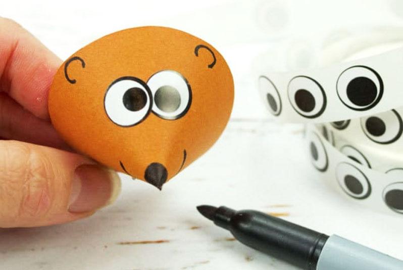 Можно использовать глазки-заготовки на клеевой основе или нарисовать их самостоятельно