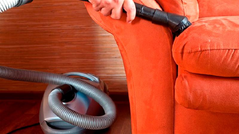 Чистить мебель с обивкой из флока на рогожке желательно не реже одного раза в неделю