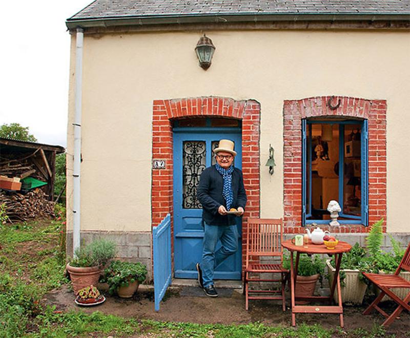 Фасад второго домика отштукатурен и покрашен в нежный персиковый оттенок