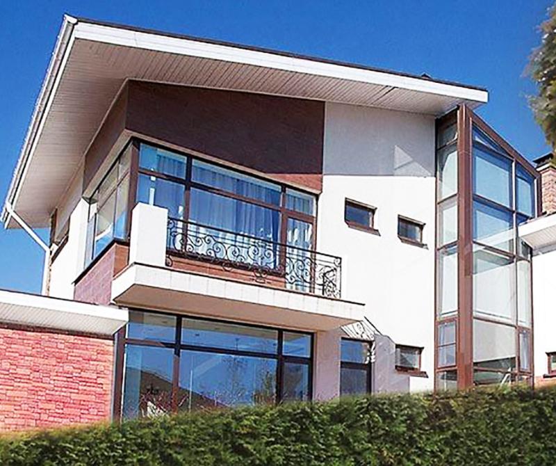 Внешне дом напоминает воздушный замок или корабль
