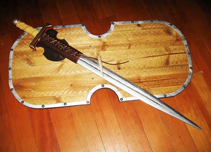 К игрушечному мечу из фанеры можно дополнительно изготовить щит из досок