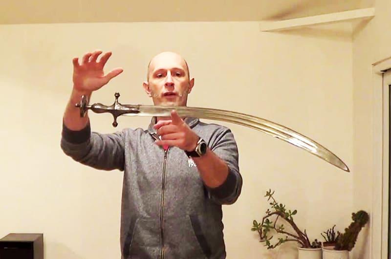 Выдержка меча на указательном пальце небезопасна. Так проверяют только умельцы