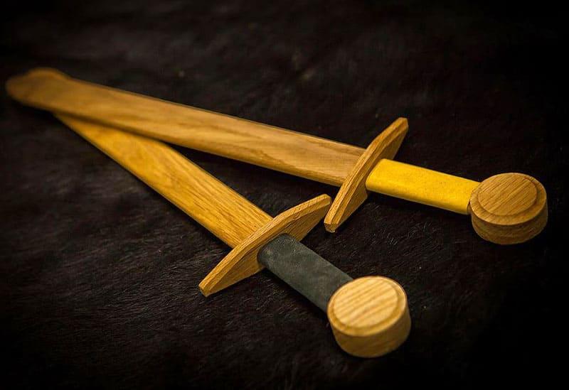 Деревянный меч может быть изготовлен из цельной доски или нескольких деталей