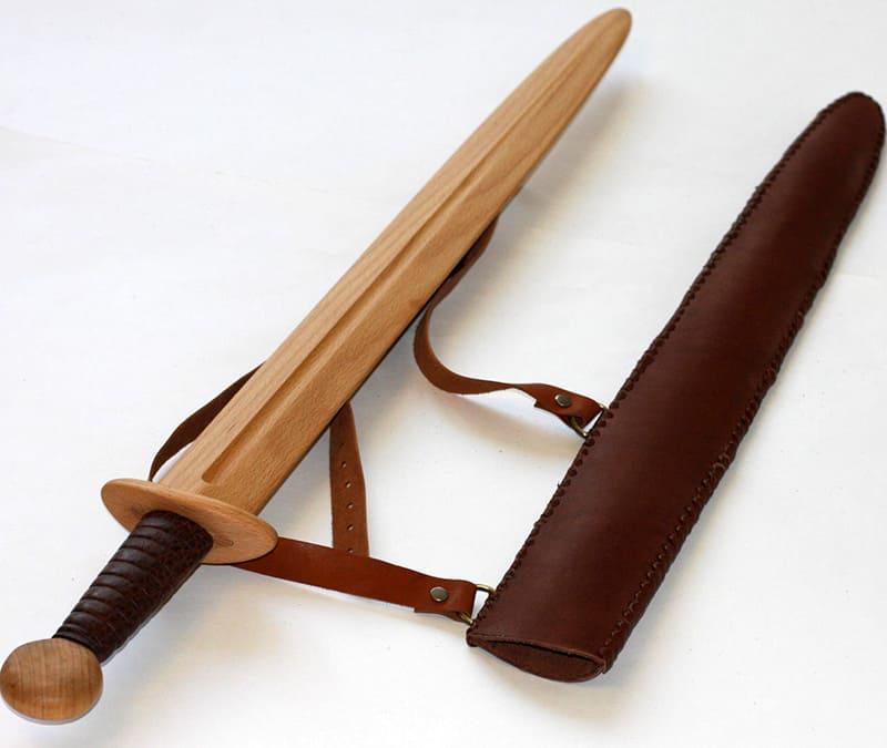 Даже к деревянному мечу можно сшить отдельный кожаный футляр
