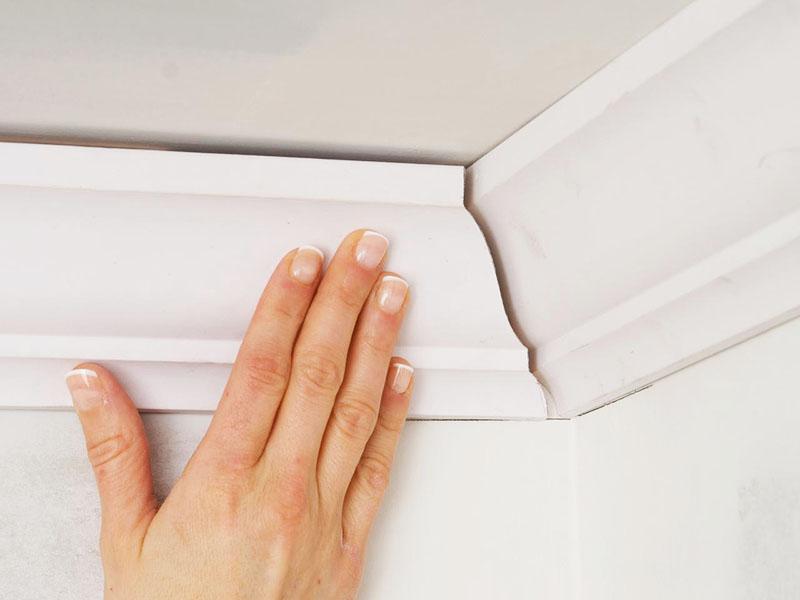 Как вырезать угол на потолочном плинтусе со стуслом и без стусла